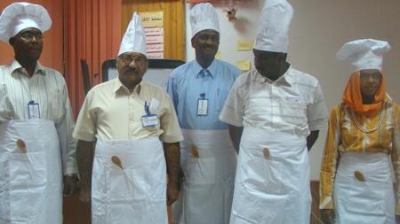 صورة للمتعلمين في زي الجرسون، حيث على كل منهم الحصول على طلب الزبون من قائمة الطعام والذهاب لاحضاره