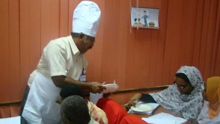 الجرسون يعطي الزبون طلبه من قائمة الطعام