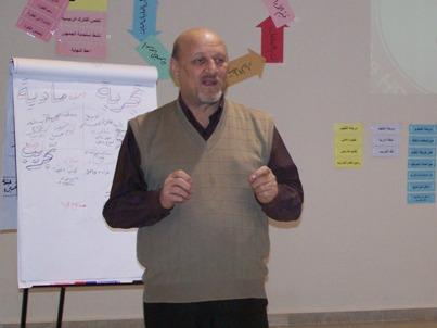 المتدرب زياد الجزائرلي يقدم شرحاً خلال الاختبار