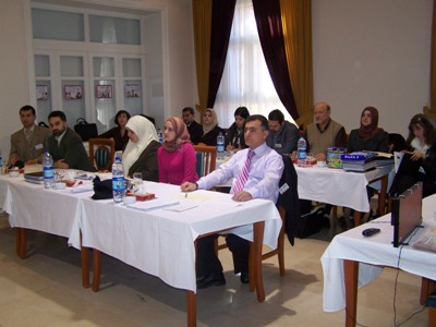 صورة جماعية للمتدربين يستمعون إلى إرشادات الاختبار