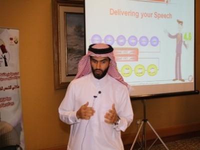 المدرب عبد الله الحرمي أثناء تقديم البرنامج التدريب حول فن الإلقاء في ملتقى القدس