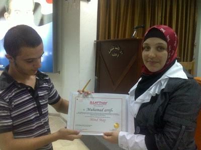 المتدرب السيد محمد عريف يستلم شهادته