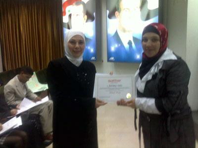 المتدربة السيدة فاطمة راعي تستلم شهادتها