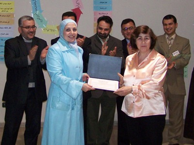 مدير التدريب في ايلاف ترين اللاذقية غاليا نوام تسلم السيدة جوزفين عرو شهادة شكر لإسهامها في إنجاح الدورة