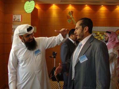 جابر اللخن يساعد طارق عمر في تمرين الصوت.