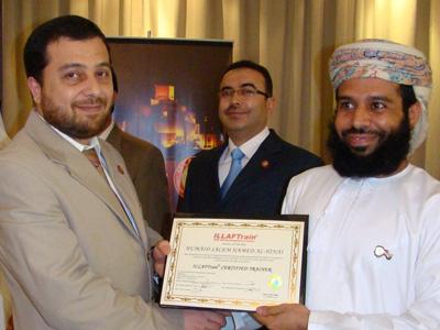 المدرب بدرة يعطي شهادة حميد الهنائي متوجة بإبتسامة المدرب الدولي أحمد الخطيب ( متوسطاً )