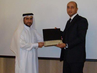 هشام ذكي يستلم شهادته من الشيخ عبد الله الزيارة