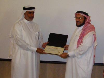 المدرب فهد أبو العينين يسلم شهادة حمود عبدالله المريسي