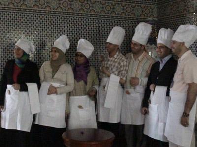الطباخون يستلمون الارشادادات اللازمة لطبخ تهويم مميز