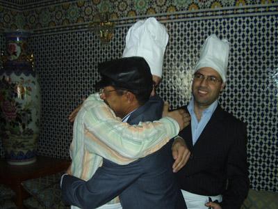 الطباخون ومفتشي الصحة في عناق حميمي بعد ظهور نتائج التقييم الرائعة