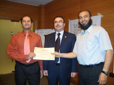 المتدرب محمد عطية يسلم الشهادة للمتدرب طارق