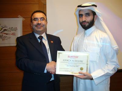 المدرب أحمد الخطيب يسلم الشهادة للمتدرب حمزة الدوسري