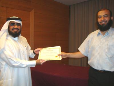 المدرب حسين حبيب السيد يسلم الشهادة للمتدرب محمد عطية