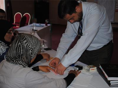 الدكتور بدرة يقوم بتقديم المساعدة في تجهيز الجوزات