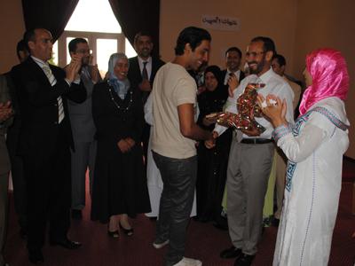 الاستاذ تلوى يقدم هدية رمزية للاستاذ محمد الحاكي بن الدكتورة هناء....