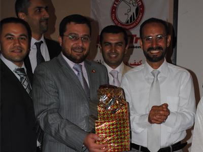 الاستاذ تلوى يقدم هدية للدكتور محمد ابراهيم بدرة باسم جميع متدربي الدورة......