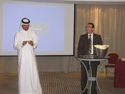أحمد الخطيب يستمع إلى إجابة المتدرب إبراهيم في البرنامج التلفزيوني