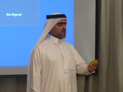 المتدرب علي عبد الحميد يقرأ أحد الأسئلة في البرنامج التلفزيوني