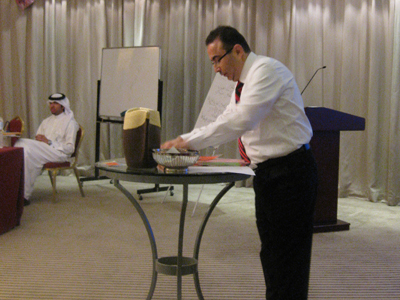 المدرب أحمد الخطيب يقوم بخلط الأسئلة ضمن السلة في البرنامج التلفزيوني