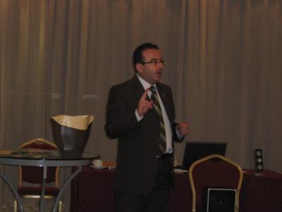 المدرب أحمد الخطيب يشرح للمتدربين قواعد لعبة البرنامج التلفزيوني
