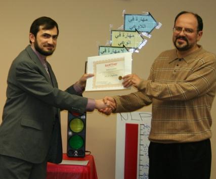 الدكتور مهند الفرحان يسلم الدكتور طارق كديمي شهادة الدبلوم