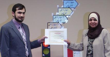 الدكتور مهند يسلم المتدربة فاطمة دار حامد شهادة الدبلوم