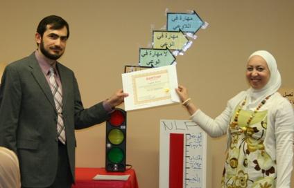 المتدربة لجين الساطي تستلم شهادتها من الدكتور مهند الفرحان