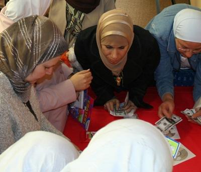 صورة أخرى للمتدربون أثناء الشراء من بازار الدورة