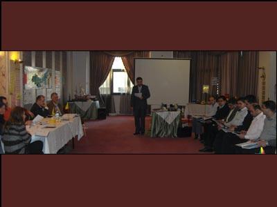 مندوب الأمم المتحدة يشرح للدولتين المتنازعتين أسس التفاوض.
