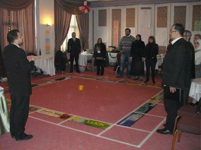 المدرب د. محمد بدرة يشرح للمتدربين فكرة اللعبة وكيفية القيام بها.