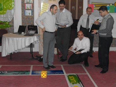 تعاون ومشاركة بين المجموعة للإجابة على السؤال الذي وجده زميلهم يوسف دوارة.
