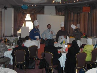 المدرب د. محمد بدرة يشرح للمتدربين تفاصيل هذا النشاط.