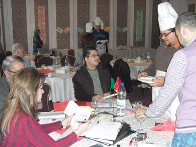 يقوم النادل بوضع طلب الزبون على الطاولة.