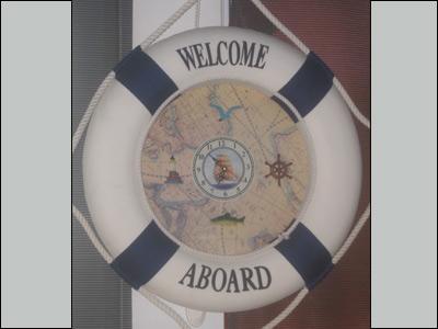 ساعة بحرية معلقة على إحدى نوافذ قمرة قبطان السفينة.