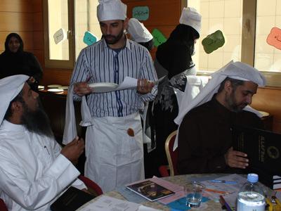 الطباخ الدولي محمد الشبلي يقدم الوجبات.