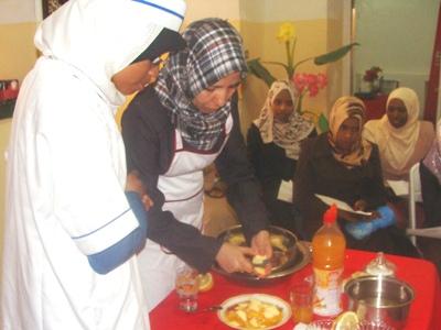 أحد المجموعات خلال عملية التحضير لإعداد سلطة فواكه