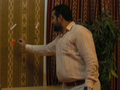 المتدرب حسن عجاج يقوم بفرقعة أهدافه من الدورة بعد تحقيقها.