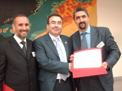 Trainer Ahmad Alkhateeb is handing a certificate to Mr. Zouhair Cherti