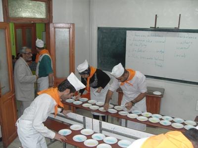 بدء تحضير مطبخ الـ NLP وسط استغراب المتدربين وبإشراف الشيف المتميز أحمد خير السعدي ومدير المطبخ محمد عزام القاسم.