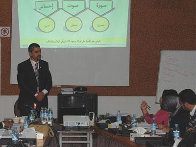 المدرب أثناء شرحه فقرة النظام الثمثيلي.