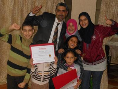 صورة تذكارية للمدرب  زهير الشرتي مع أطفال بعض المتدربات الناشطات