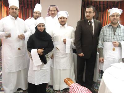 المدرب الدكتور محمد بدرة مع مجموعة من المتدربين