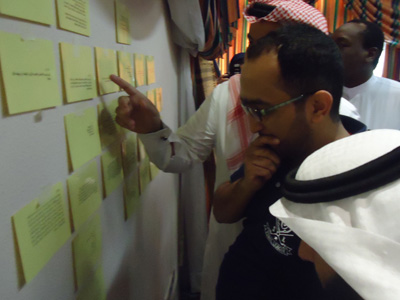 يقوم المتدربون الواصلون إلى حائط الاجبات بالبحث عن الاجابات المناسبة لأسئلتهم
