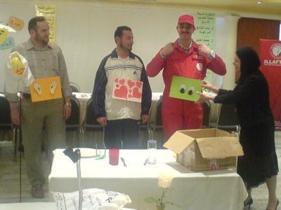المتدربين يلبسون لافتات تشير إلى الأنماط التمثيلية الثلاث