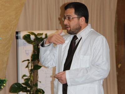 الدكتور المدرب محمد بدرة يقدم الارشادات أثناء التمرين.