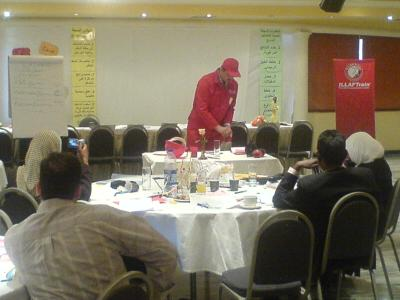 المتدرب أحمد السعدي يستعد لتنفيذ فكرة موضوع الأمن والسلامة