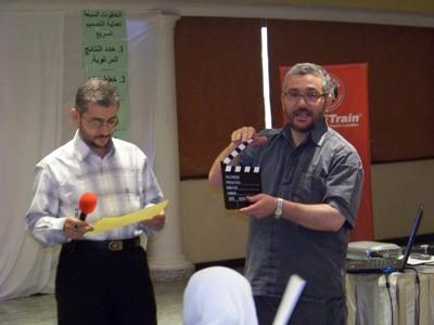المتدرب محمد عمران المرابط يعطي إشارة بدء العرض للمتدرب محمد أسامة المرابط
