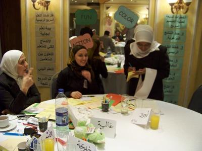 المتدربة أمال سليماني تأخذ طلبات الطعام في مطعم فردوسي روستوران