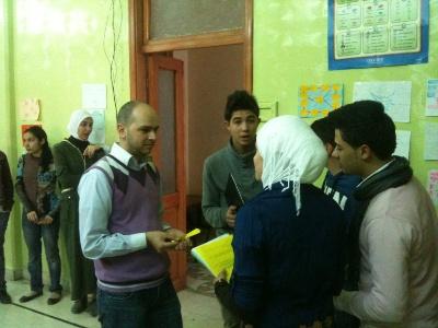المدرب يوسف يستمع لاجابات المجموعة الثانية على سؤال زنبقتهم.
