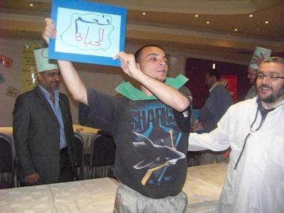 المريض محمد الحمصي بعد انتهاء العملية يظهر النتائج الناجحة للعملية